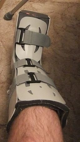 Aircast walking boot (Wiki)